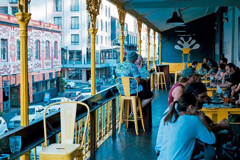 Cafe con blacón en Long Street de Cape Town