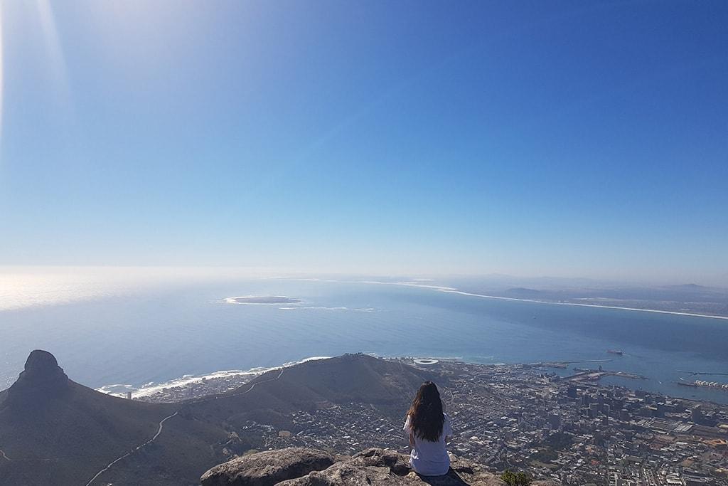 Mirador de Table Mountain en Cape Town. Mar y nubes al fondo