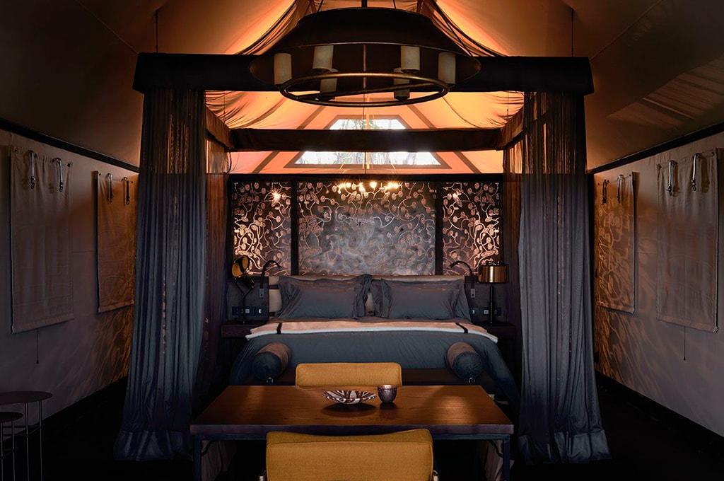cama del dormitorio lujo en Belmond Lodge