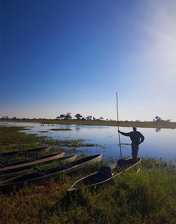 Komoro listo para navegar en Delta okavango