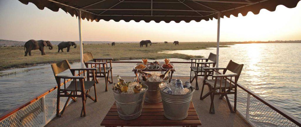 safary de lujo en Rio Chobe con elefantes de fondo