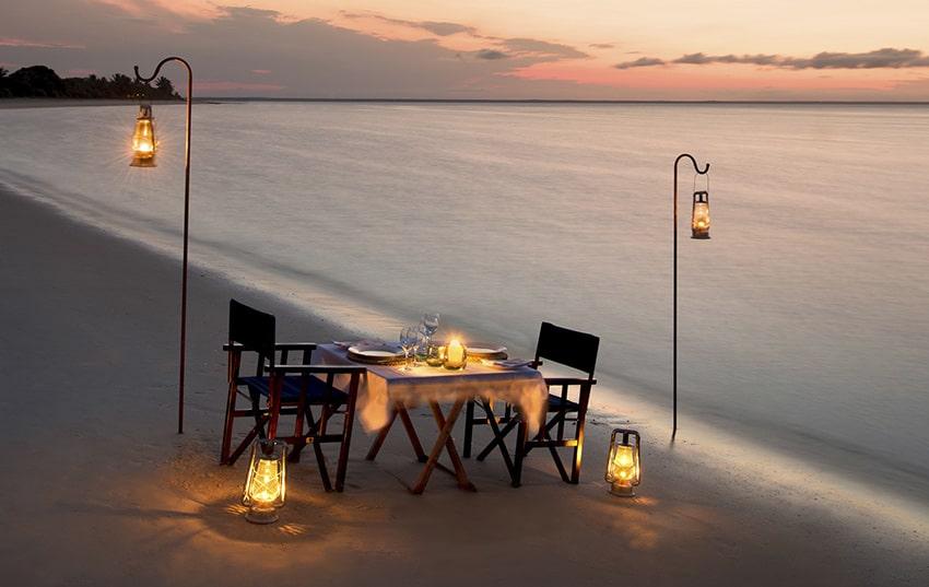 cena de novios en playa idilica en Botswana